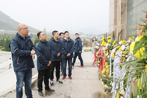 图6:瞻仰革命烈士纪念碑.JPG